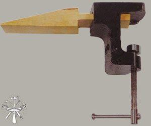 Ejemplo de una astillera con mordaza para una mesa de joyería